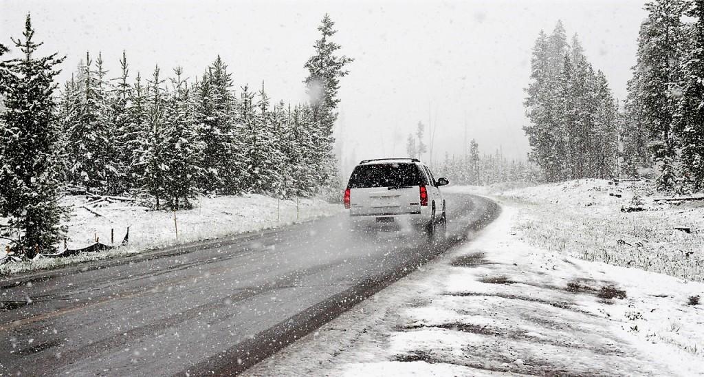 Auto im Winter © pexels.com/Chris Peeters